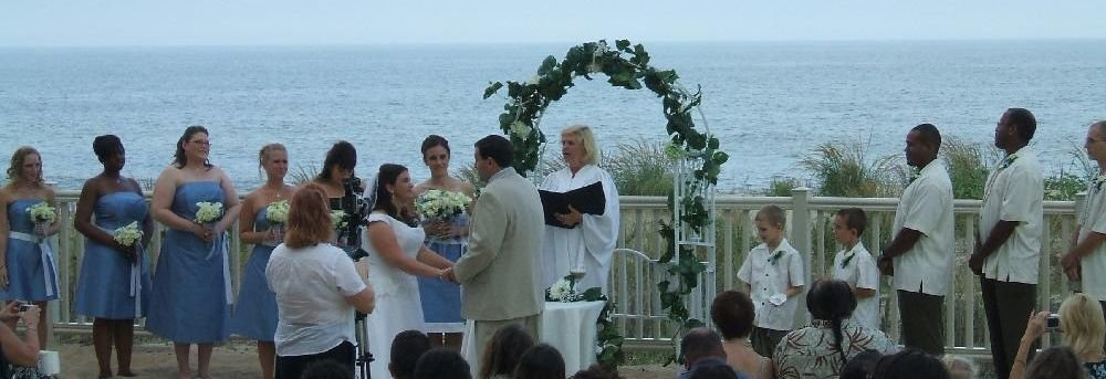 bride-and-groom-holding-hands-at-the-alter